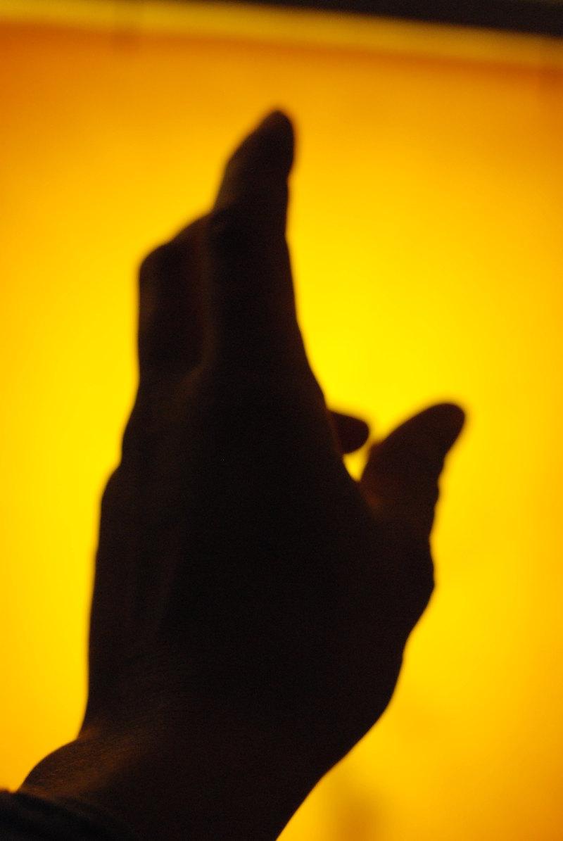 main cire jaune